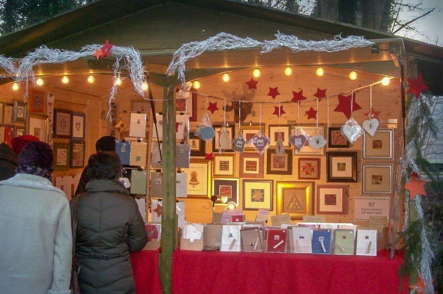 Der feine Faden auf dem Weihnachtsmarkt in Schloss Moyland in Bedburg-Hau